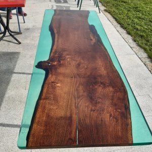 Table en chêne massif avec un bleue translucide